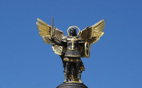 Arkanđeo Mihael - borac i pratitelj koji mačem svjetlosti pobjeđuje strah i zlo