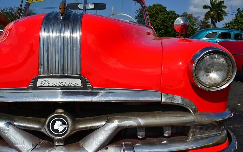 Oldtimer auti - Red Pontiac