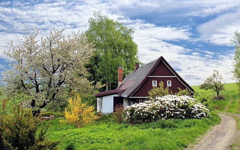 Priroda u proljeće i lijepa vikendica