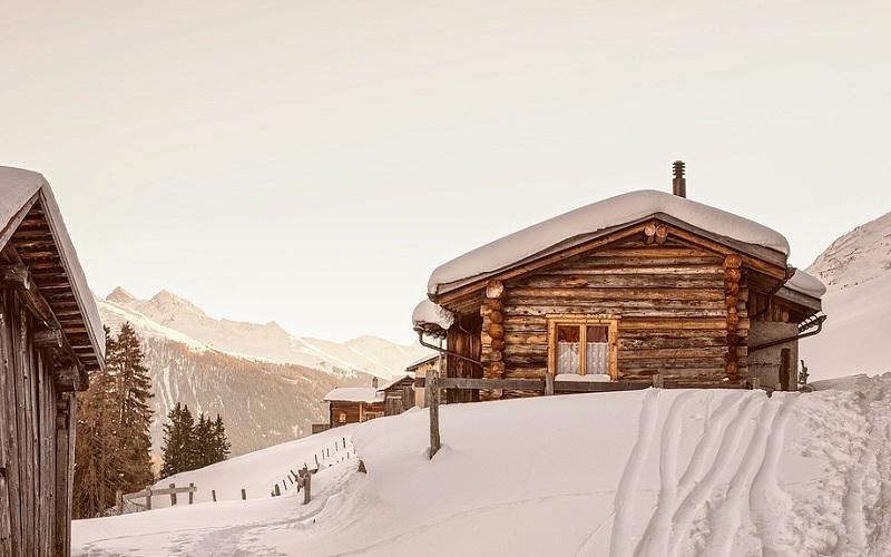 Drvena kuća u planinama