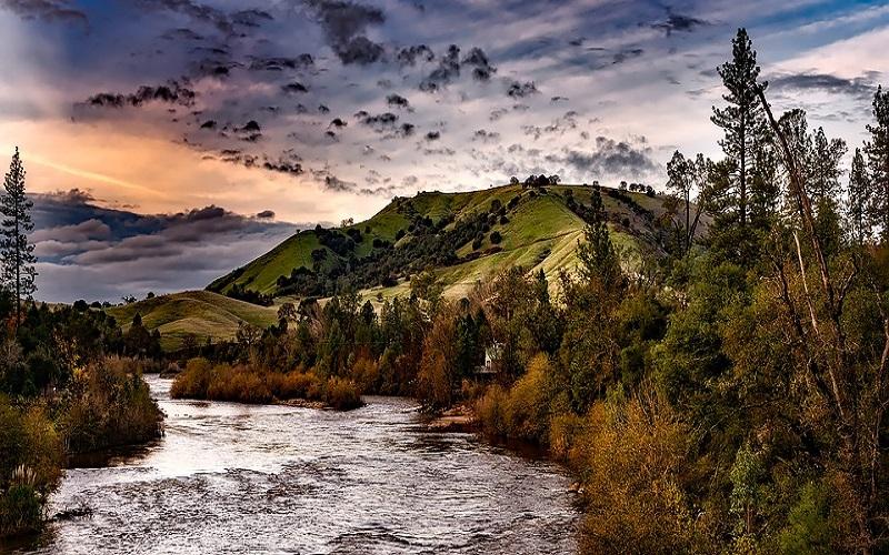 Fotografije brda i rijeka