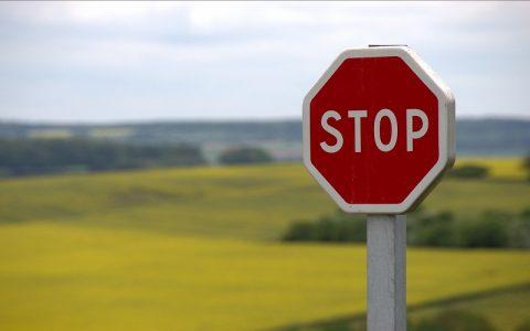 Prometni znakovi postavljeni u cestovnom prometu