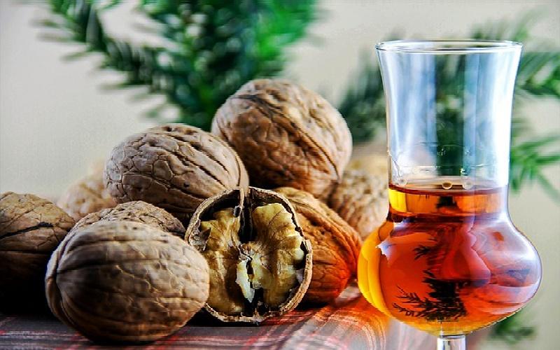 Domaći liker od višanja, oraha i drugih izvora okusa